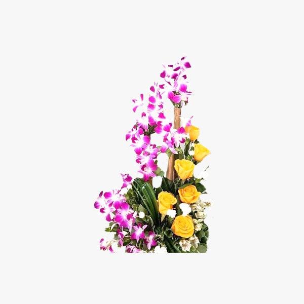 Arreglo compuesto de rosas amarillas y orquídeas en base metálica