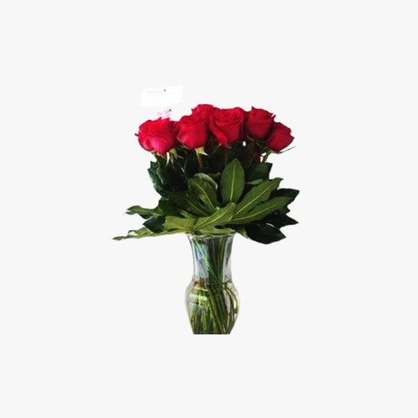 Arreglo de docena y media de rosas rojas en jarrón