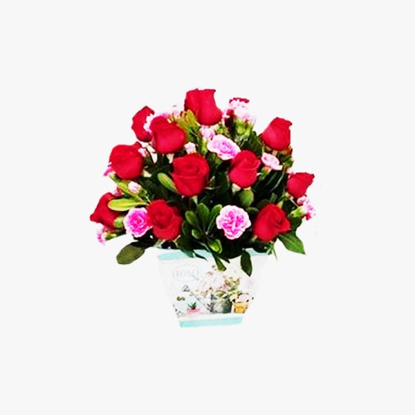 Arreglo redondo de rosas rojas en base de metal