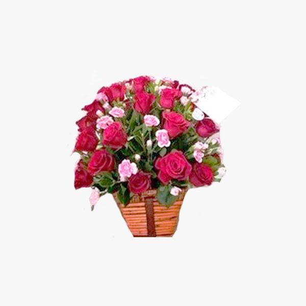 Arreglo compuesto de 5 docena de rosas en base especial