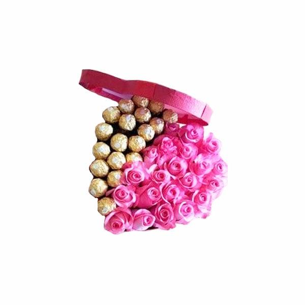 Elegante caja compuesta por rosas pink love y Ferreros