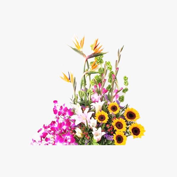 Arreglo con flores primaverales en base bamboo verde