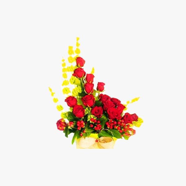 Arreglo de rosas rojas compuesto de molucelas e hipericum