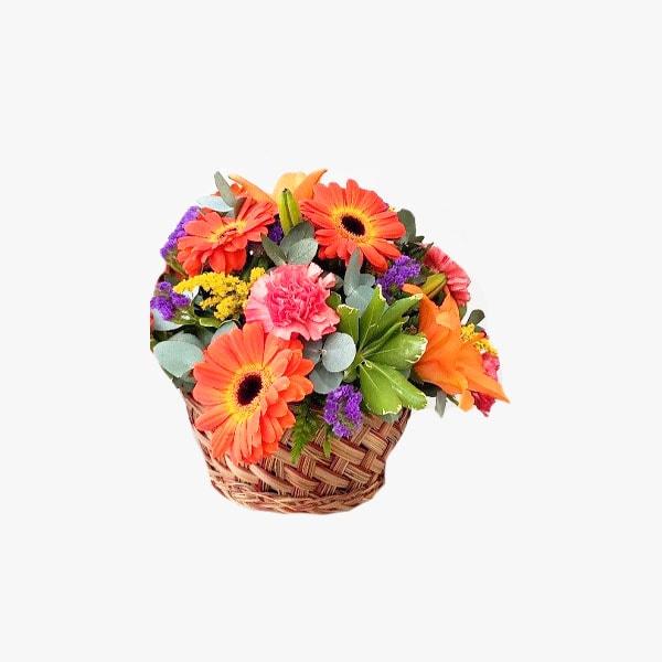 Composición de flores primaverales en canasta