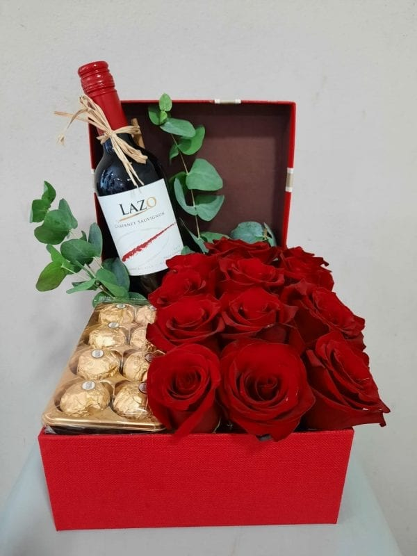 Arreglo de 12 Rosas Rojas en Caja con Chocolates y Vino