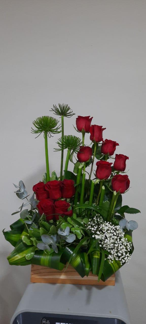 Arreglo de 12 Rosas Rojas en Base de Madera
