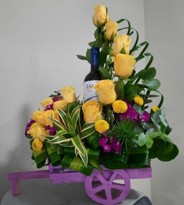 Arreglo de Rosas Amarillas con Vino en Carreta