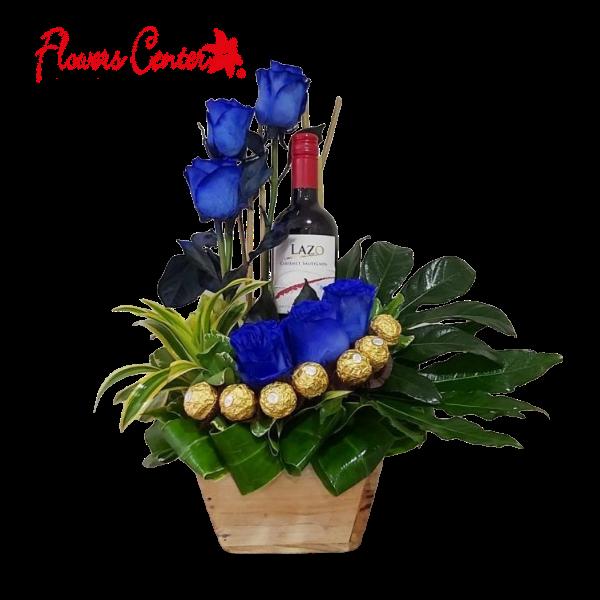 Arreglo de 6 Rosas Azules con Vino y Chocolates en Base de Madera Especial #2