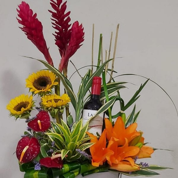 Arreglo de Flores Variadas con Vino #2